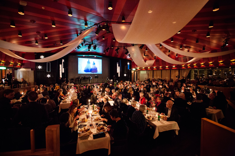 Dukade bord och en glad publik inför Fröst and friends
