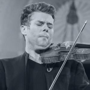 En man som spelar fiol