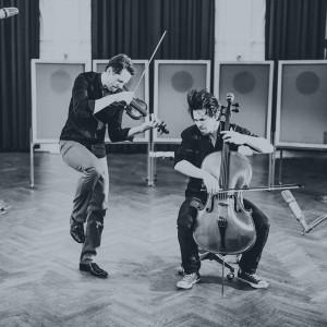 En violinist och en cellist som spelar med feeling