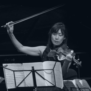 En kvinna som spelar viola vid ett notställ