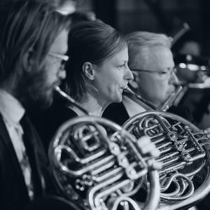 Musiker som spelar horn och flöjt
