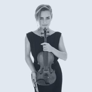 En kvinna som håller ett instrument