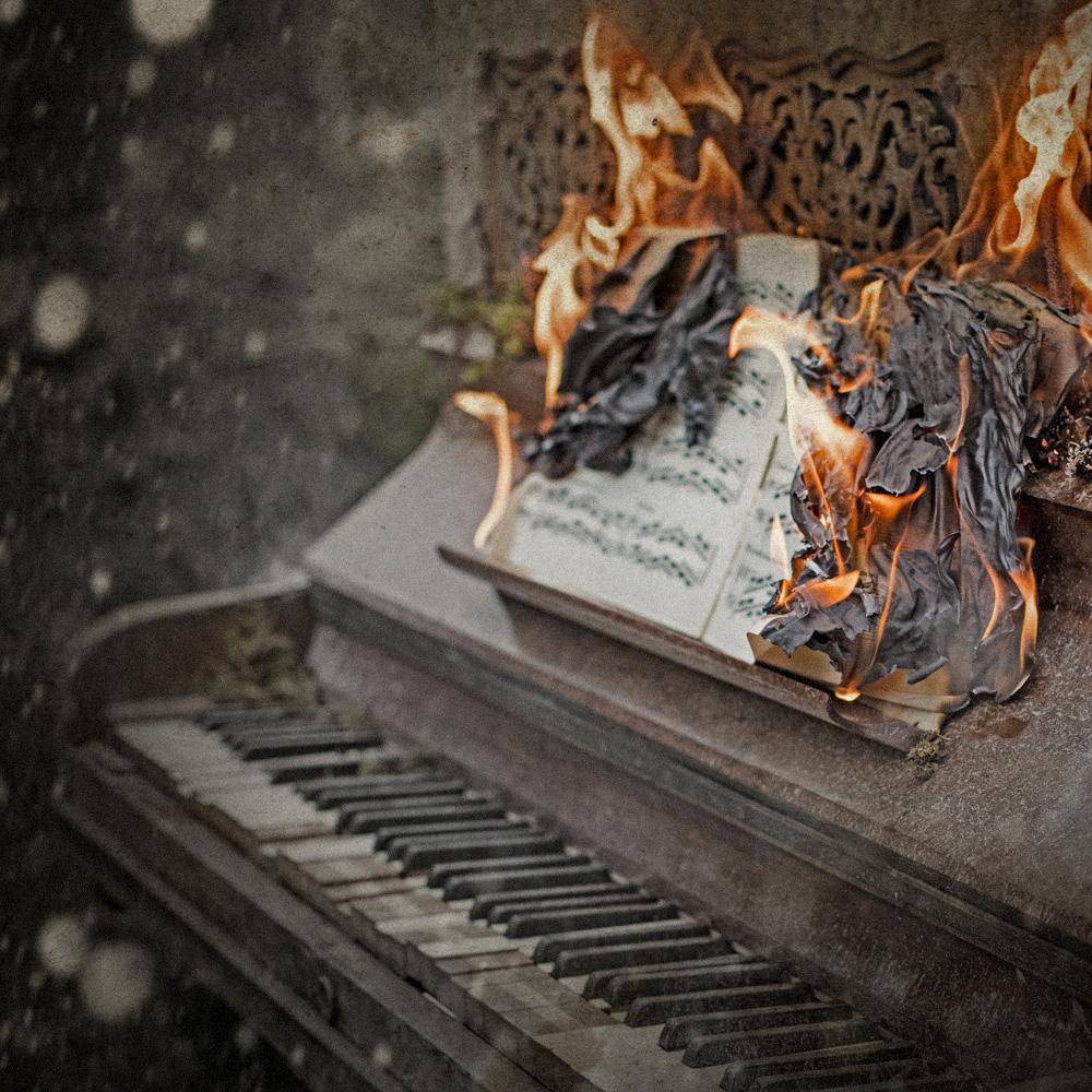 Brinnande noter på ett gammalt trasigt piano