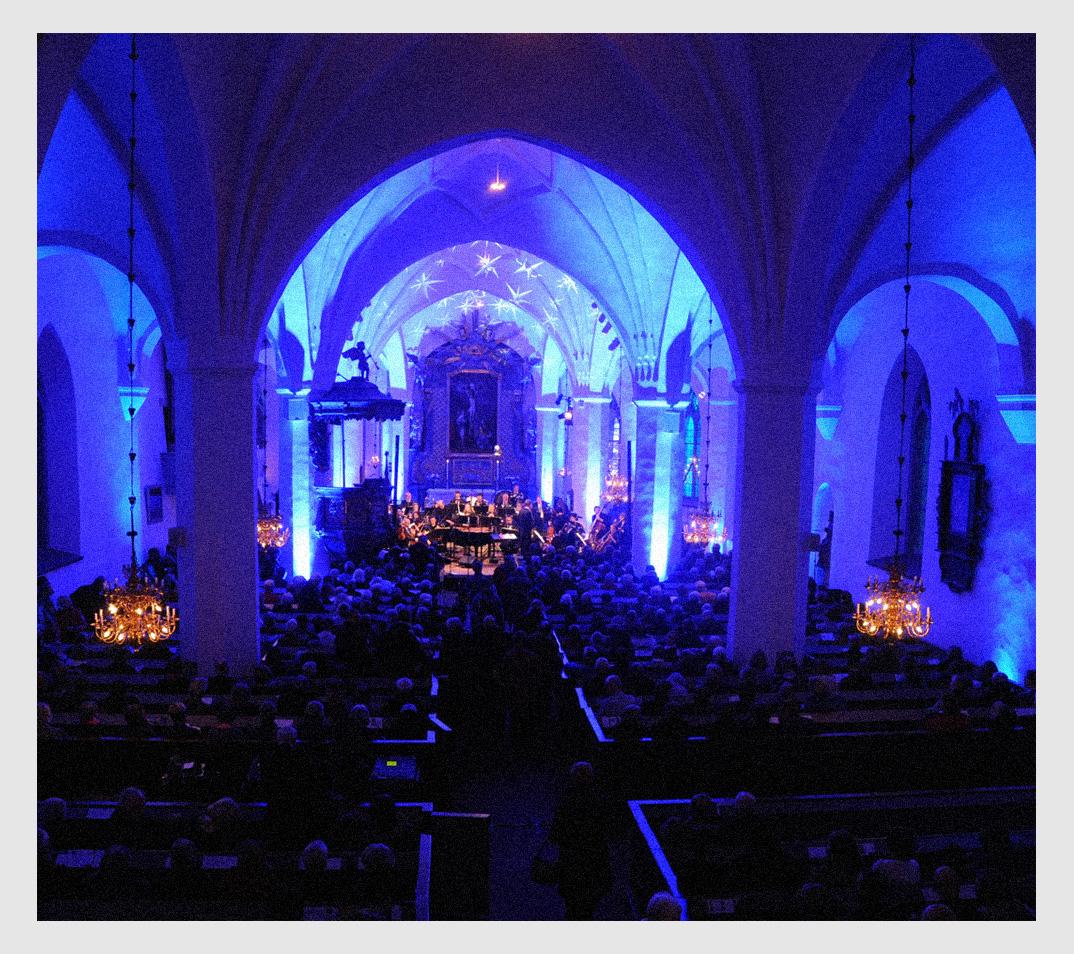 Dalasinfoniettan under invigningen av Vinterfest i en blått ljus