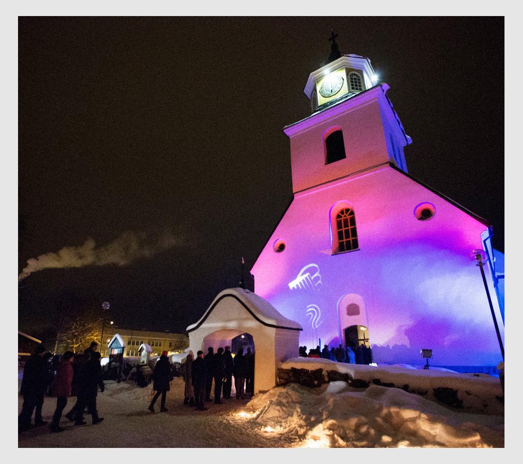 En vackert upplyst Sollerö Kyrka under Vinterfest
