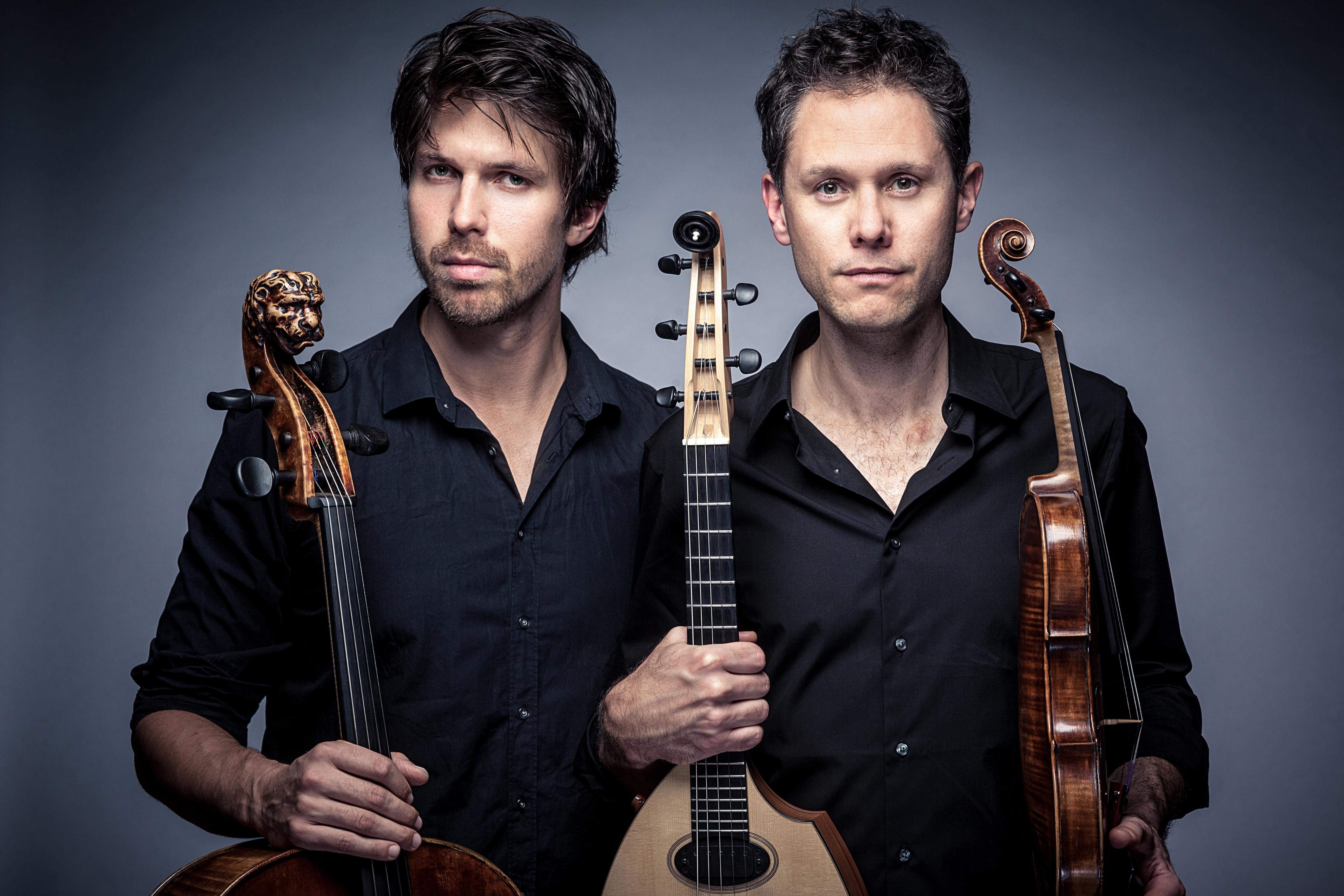 Två män som håller instrument