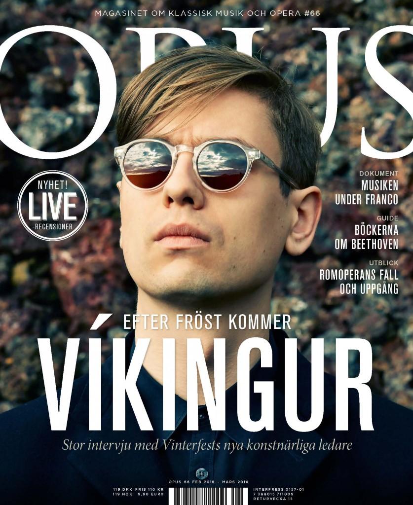 Víkingur Ólafsson tittar mot horisonten och naturen speglas i han glasögon